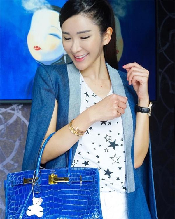 """Đặc biệt, nhiều người còn biết đến Jamie Chua bởi cô được mệnh danh là """"người phụ nữ sở hữu nhiều túi Hermes nhất trên thế giới"""" hay cô gái sở hữu nhiều Hermes hơn cả Victoria Beckham, gia đình nhà Kardashian và nhà Ecclestone - những tín đồ của dòng Hermes."""