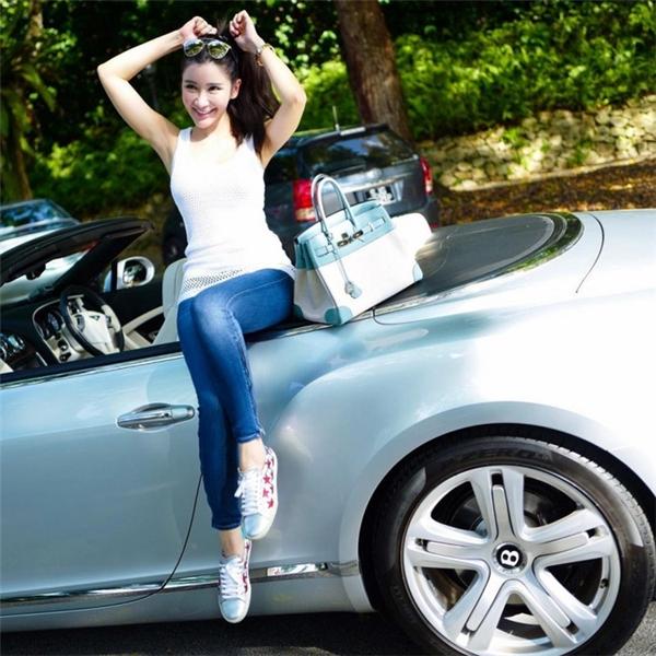 Mặc dù khẳng định không hề nuông chiều và muốn con cái sống độc lập và không ỷ lại vào cha mẹ thế nhưng Jamie Chua vẫn mua cho con gái những chiếc túi Chanel trị giá khoảng 5.000 USD hay những đôi giày thiết kế có giá khoảng 1.000 USD. Ngoài ra, con trai cô cũng được mẹ mua cho 1 chiếc Range Rover trị giá 200.000 USD.