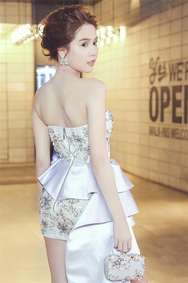 Phần thân váy được tạo điểm nhấn bằng loạt chi tiết đính kết với hai tông màu xanh, đỏ tương phản. Phụ kiện đi kèm cũng được nữ người mẫu kết hợp cùng tông với trang phục.