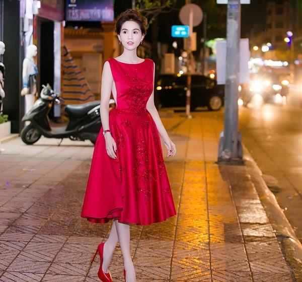 Sắc da trắng hồng của Ngọc Trinh càng nổi bật hơn trong trang phục có tông đỏ nồng nàn, quyến rũ. Bộ váy được xẻ hai bên sâu hun hút kết hợp điểm nhấn ở những hoạ tiết hoa đính kết bằng chất liệu ánh kim. Bộ váy này từng giúp Ngọc Trinh nhận không ngớt lời khen từ khán giả, người hâm mộ.