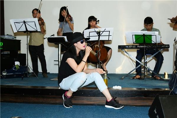 Sau scandal ồn ào với Tuấn Hưng, Thu Phương đã trở lại Việt Nam tham dự liveshow mới.