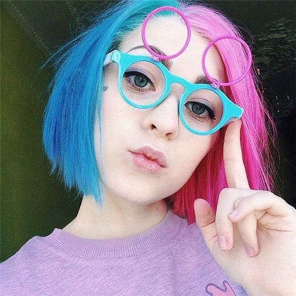 """Mới đây, một cô gái người Nga tên Katichka đã khiến cộng đồng mạng """"rần rần"""" với kiểu tóc phá cách khác lạ của mình. Bằng những đường cắt, tạo khối độc đáo, cô gái này đã có được hình ảnh chú mèo ẩn sau mái tóc khá thú vị. Và đây được gọi là mốt tóc hình xăm. Dĩ nhiên, những hình ảnh này chỉ được tiết lộ khi bạn chải tóc sang một bên."""