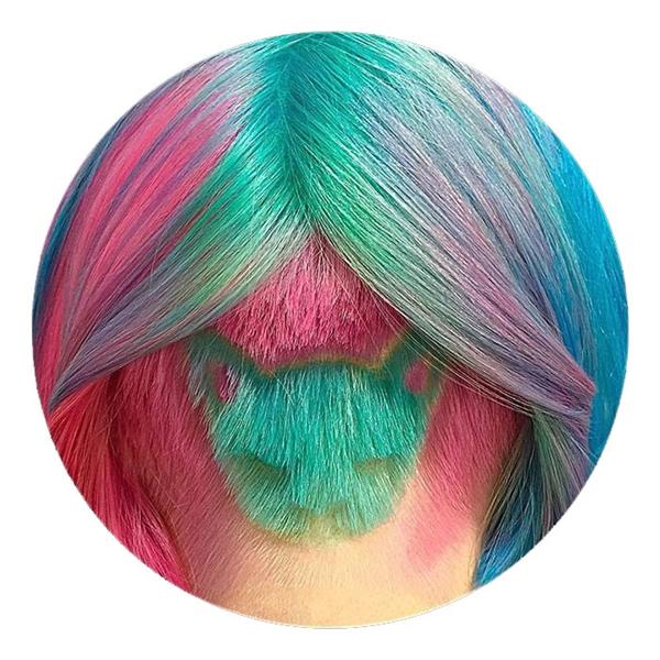 Mái tóc của Katichka kết hợp hai tông màu xanh, hồng hợp xu hướng trông khá vui mắt. Đằng sau là hình ảnh chú mèo được cắt, tạo hình đáng yêu.