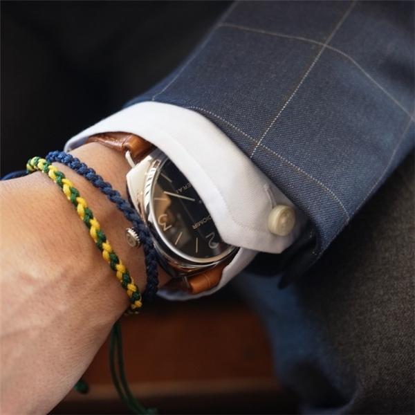 Mẹo nhỏ cho các chàng, chỉ nên đeo tối thiểu 3 đến 4 vòng tay, với các màu sắc cùng tông sẽ giúp đỡ rối mắt.