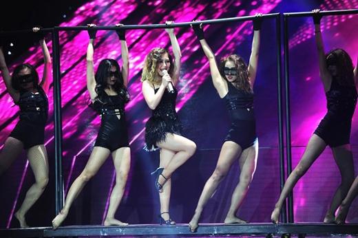 """Màn biểu diễn ca khúc """"Crazy in love"""" tại liveshow 5 đã thể hiện sự nỗ lực vượt bậc về mặt vũ đạo của Hương Tràm tại The Remix 2016. (Ảnh: Internet)."""