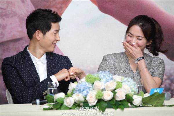 Cả hai đắm chìm vào thế giới của hai người trong buổi họp báo mới nhất. Song Joong Ki luôn miệng khen ngợi vẻ ngoài xinh đẹp của Song Hye Kyo.