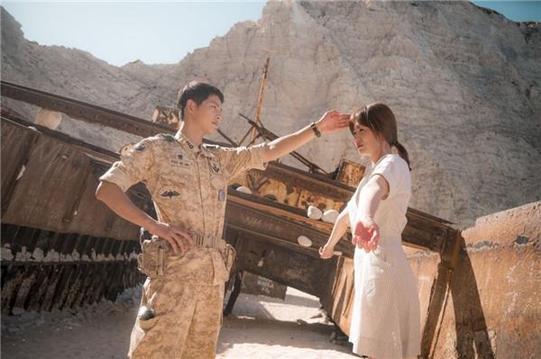Song Joong Ki ga lăng che nắng cho Song Hye Kyo trong lúc nghỉ giải lao.
