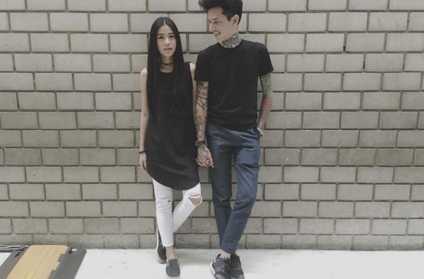 Apinya còn có những trải nghiệm thời trang mới lạ, chẳng hạn như mặc váy cùng quần jeans...