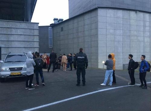 Cảnh sát phong tỏa khu vực và hộ tống đoàn nghệ sĩ tới nơi an toàn. - Tin sao Viet - Tin tuc sao Viet - Scandal sao Viet - Tin tuc cua Sao - Tin cua Sao