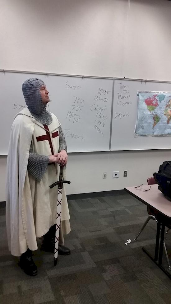 Cách duy nhất để dạy lịch sử của vị giáo sư này đó là nhập vai cho thật chuẩn.