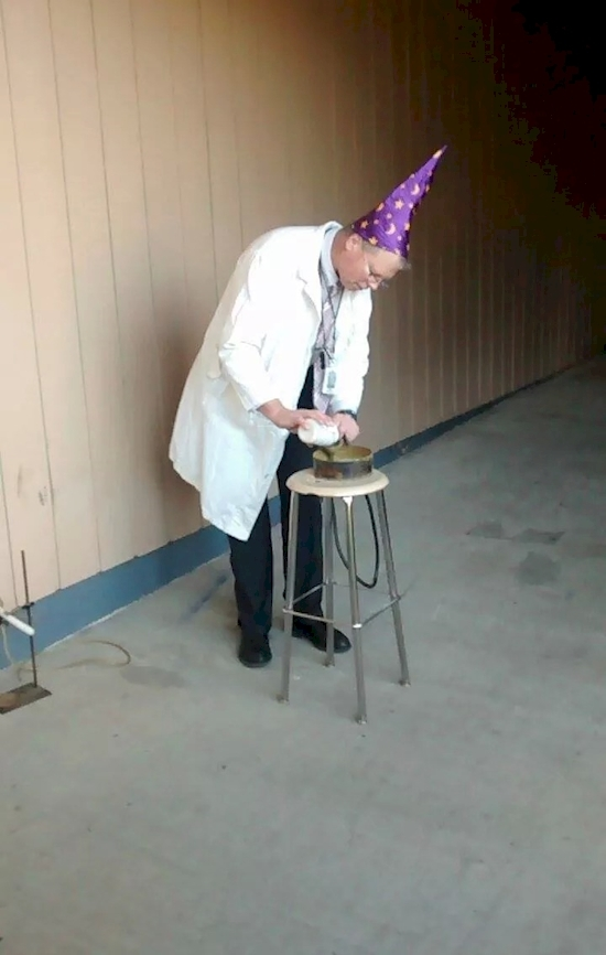 Hóa học thật kỳ diệu. Với chiếc mũ thầy ấy hy vọng mình sẽ giống vị giáo sư nào đấy trong Harry Potterchăng!?