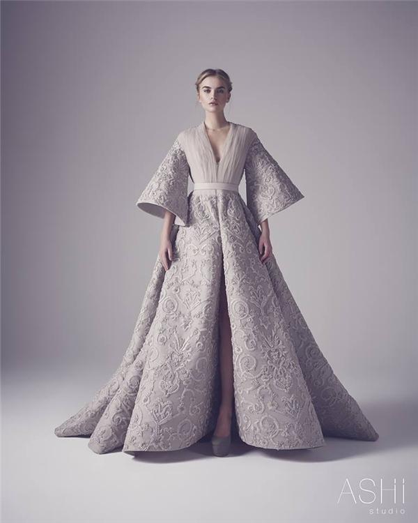 Vẻ đẹp của những cô gái phương Tây trong ngày xưa cũ được tái hiện qua dáng váy xoè, tay loe với tông xám trầm mặc, nhuốm màu thời gian.
