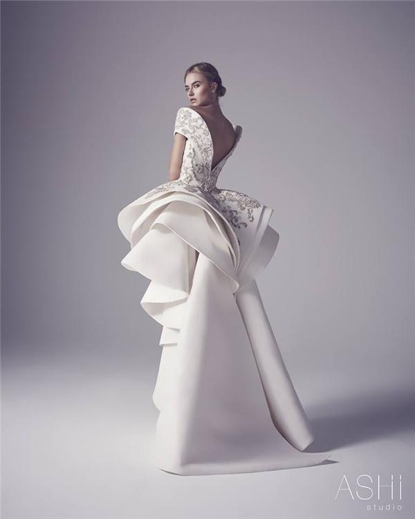 Kĩ thuật dựng phom 3D hiện đại được ứng dụng vào trong dáng váy ôm, váy xoè truyền thống qua những vòng cung, nếp gấp có chiều sâu ở chân váy. Đa phần, những chất liệu vải có độ cứng thường được ứng dụng để tạo lớp nền cho những thiết kế này.