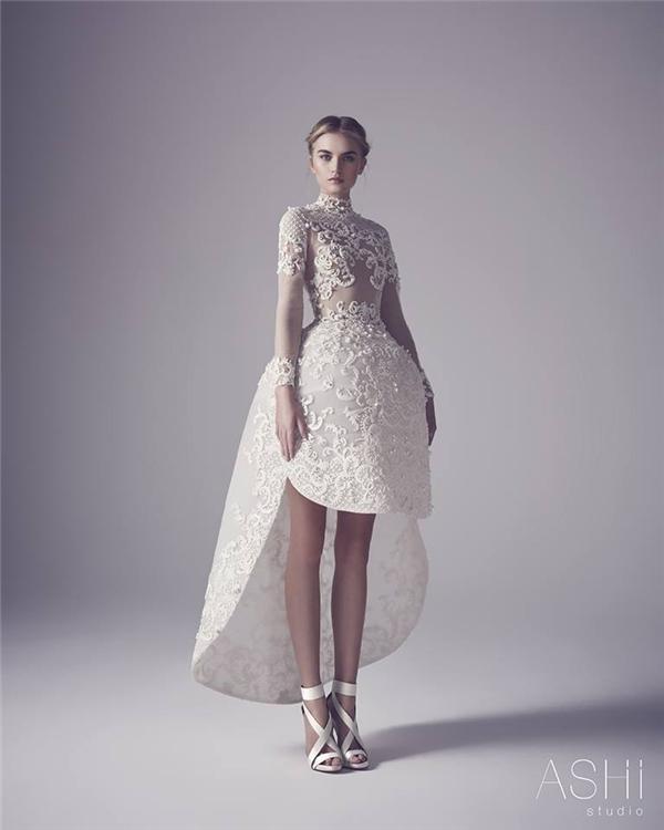 Hoạ tiết hoa lá trở thành nguồn cảm hứng chủ đạo trong những thiết kế này. Phom váy chuông được biến tấu thành những đường nét bất đối xứng trông lạ mắt nhưng không kém phần thú vị.