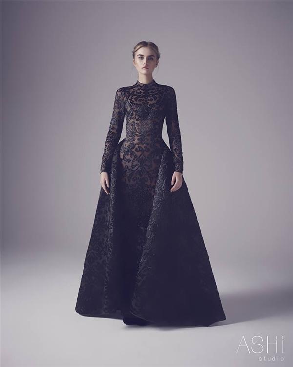 Sắc đen - tông màu hiếm khi xuất hiện trong lễ cưới nhưng vẫn tạo nên sức hút nhất định bởi phom váy xoè hay váy ôm kết hợp đuôi váy rời hiện đại.