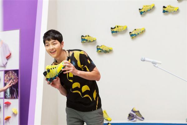 Với Kolon Sport, Song Joong Ki không còn là một soái ca quân nhân mà trở thành anh chàng nhí nhảnh đáng yêu.(Ảnh: Internet)