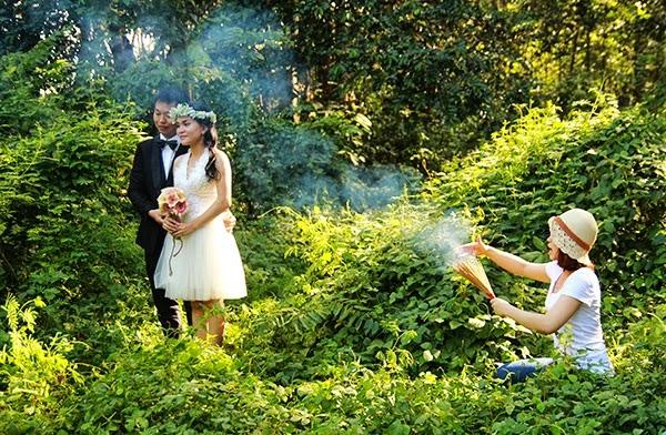 Hay hậu trường phì cười của những bức ảnh cưới mong manh sương khói.