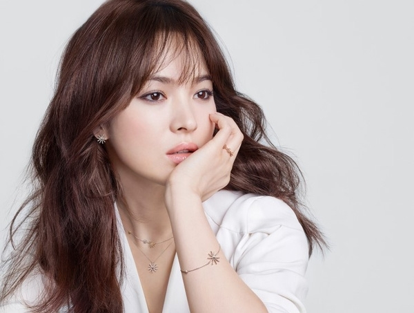 Và cũng không phải ngẫu nhiên mà Song Hye Kyo là đại diện hình ảnh cho BST này.
