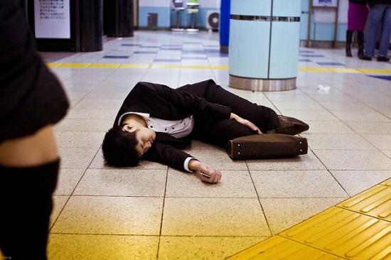 Có thể bắt gặp hình ảnh người lao động nằm ngủ say ở bất kỳ đâu tại Nhậtvì quá mệt mỏi trong công việc và không có thời gian nghỉ ngơi. (Ảnh: Internet)