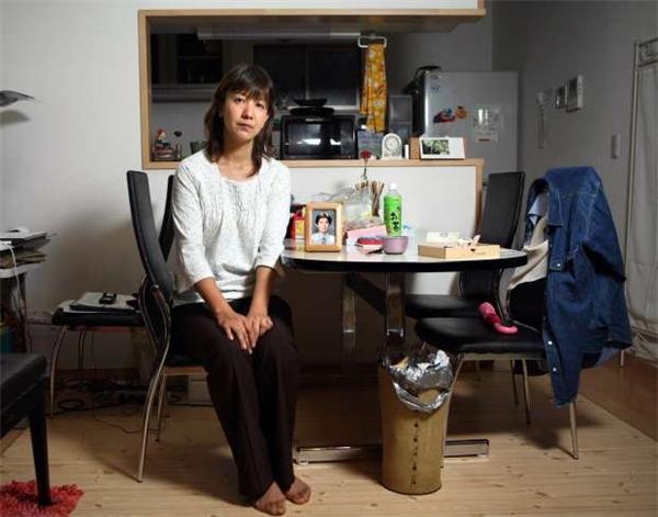 Cô HirokoUchinobên di ảnh chồng.(Ảnh: Internet)