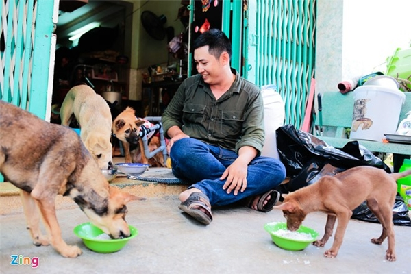 Nguyễn Quốc Khánh (sinh năm 1990) - bạn trai Như - chia sẻ, anh không mê chó mèo nhưng vì thương, thấy người yêu cực quá nên anh chăm sóc cùng. Lâu dần, anh cũng cảm thấy thân thiết, quý mến, nay là phụ tá chuyên nghiệp và đắc lực của Như. Hiện cả hai cùng một vài mạnh thường quân còn chăm sóc một trạm cứu hộ khác ở Hóc Môn, với hơn 50 chú chó khuyết tật.
