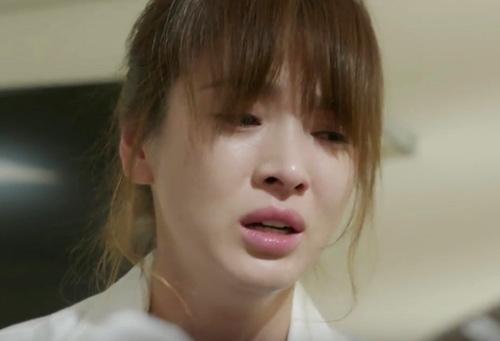 Dù là người mạnh mẽ, Kang Mo Yeon không khỏi rơi nước mắt trước tình cảnh của người yêu.