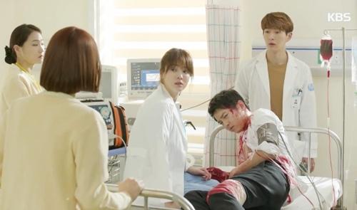 May mắn thay, bác sĩ Kang đã cứu được người yêu khỏi bàn tay của tử thần.