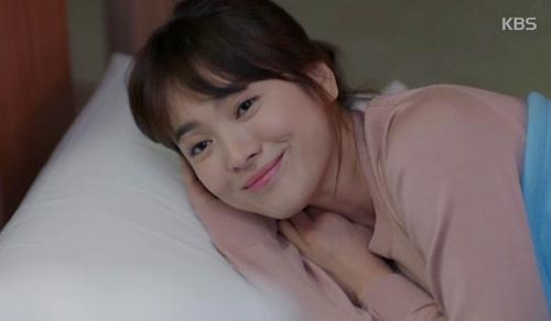 Trong lúc chăm sóc cho người yêu, Kang Mo Yeon đã ngủ trên giường phụ kề bênYoo Shi Jin