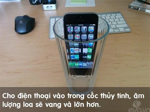 Âm lượng loa của điện thoại sẽ phóng đại hơn nhiều lần nếu bỏ vào trong li thủy tinh.(Ảnh: Internet)
