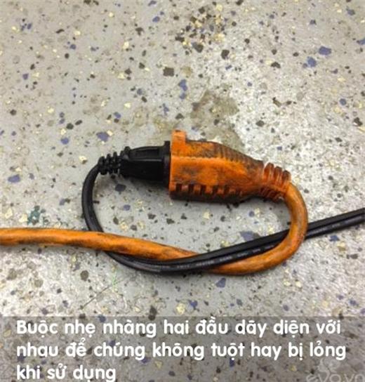 Buộc nhẹ hai đầu dây điện với nhau để tránh bị tuột.(Ảnh: Internet)