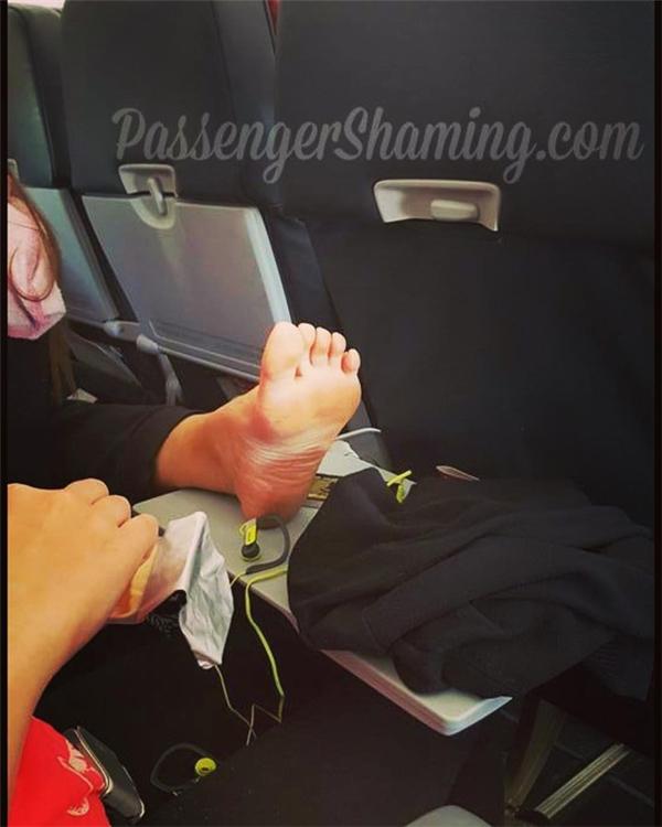 Cho dù người thân có thoải mái với bàn chân mỏi mệt của bạn thì những người xung quanh cũng khó lòng chấp nhận được.