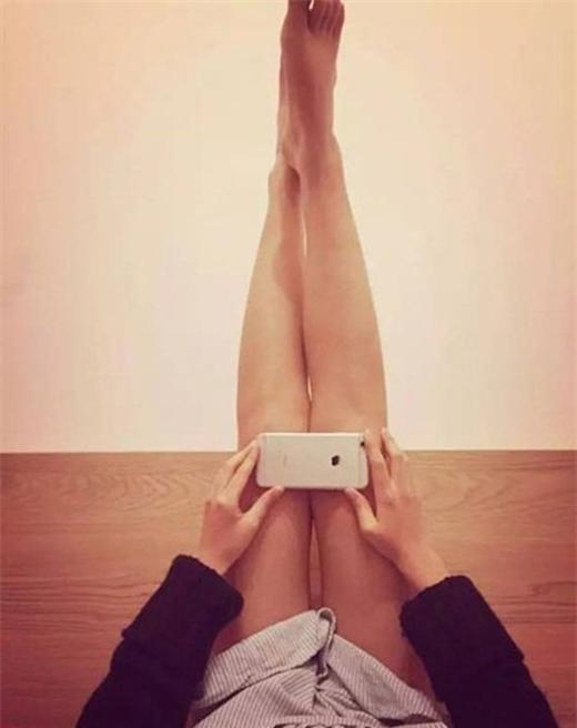 Nếu chiếc iPhone 6 che kín đầu gối, chứng tỏ bạn có đôi chân thon, đẹp