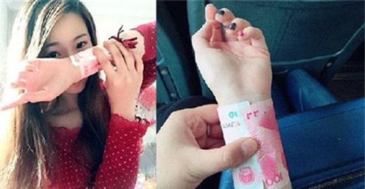 Trào lưu mới của giới trẻ Trung Quốc đưa ra tiêu chí đo bằng cách quấn tờ tiền 100 nhân dân tệ quanh cổ tay