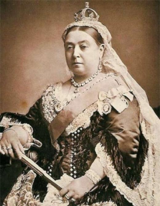 Nữ hoàng Victoria với hình ảnh quyền quý cùng trang sức và trang phục cầu kỳ và nhan sắc hoàn toàn tự nhiên.