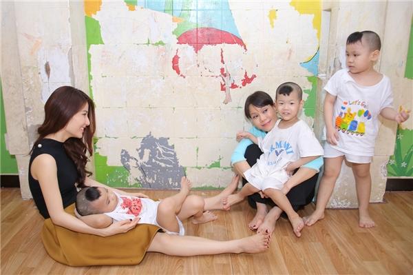 Diễm My, Việt Hương giản dị vui đùa bên trẻ mồ côi
