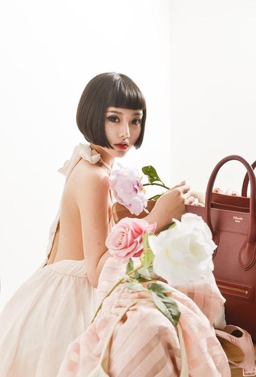 Bên cạnh việc làm người mẫu, công việc quá quen thuộc của cô, Trần Dĩ Mạn còn làm cả MC và ca hát.
