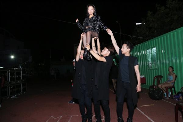 Nữ ca sĩ tranh thủ tập luyện cùng vũ đoàn trước khi lên sân khấu biểu diễn.