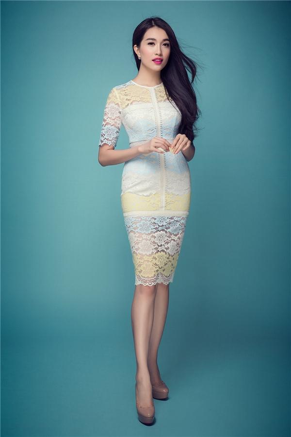 Trời xanh, cát trắng, nắng vàng của mùa hạ được gom cả vào trong dáng váy mà Á hậu Hoàn vũ Việt Nam 2015 đang diện. Tuy nhiên, các tông màu đều được giảm sắc độ để phù hợp với xu hướng pastel, vintage đang thịnh hành.
