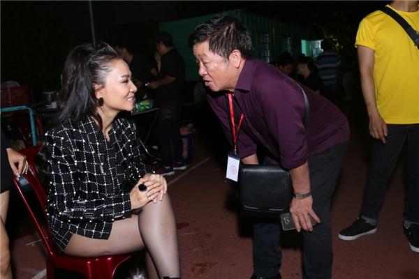 Thu Minh nói chuyện với bố của nam ca sĩ Trọng Hiếu.