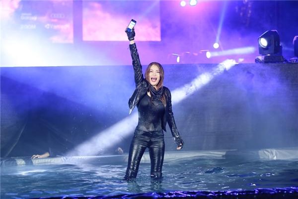 """Hành động này của nữ diễn viên gây bất ngờ cho các khán giả có mặt tại film concert và chứng tỏ độ """"chịu chơi"""" của cô và toàn thể ekip thực hiện chương trình."""