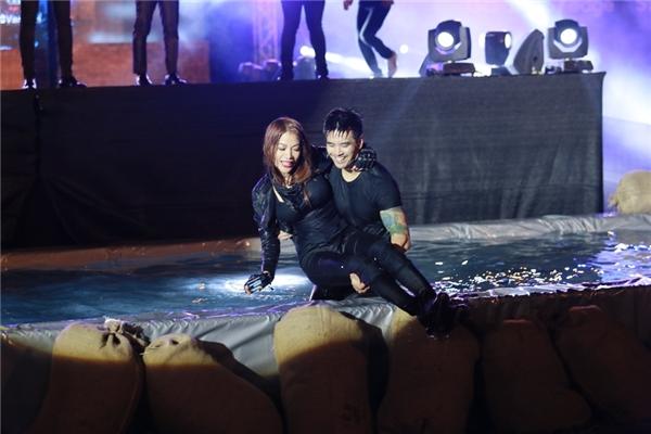 Sau cú nhảy hoành tráng, Trương Ngọc Ánh được nam diễn viên điển trai Thiên Nguyễn bế lên. Cặp đôi trai tài gái sắc thật sự bùng nổ trước sự chứng kiến của hàng chục nghìn bạn trẻ.
