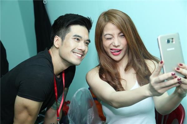 Trương Ngọc Ánh nhắng nhít chụp ảnh cùng nam diễn viên Thiên Nguyễn trong hậu trường.
