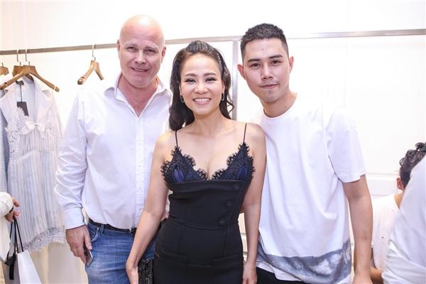 Vợ chồng Thu Minh chụp ảnh chung vui cùng nhà thiết kế Lâm Gia Khang.