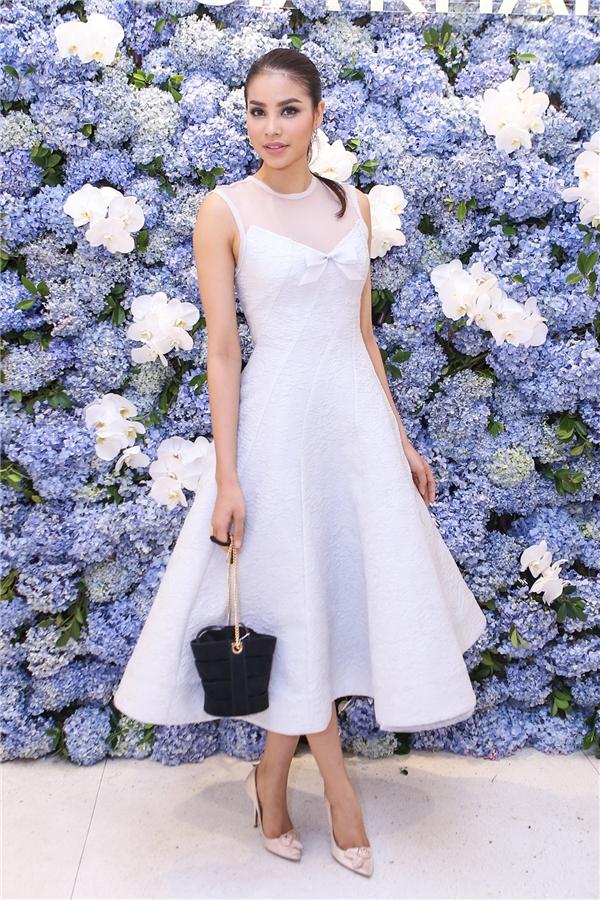 Người đẹp khoe vẻ thanh lịch, nữ tính trong thiết kế váy xòe không tay.