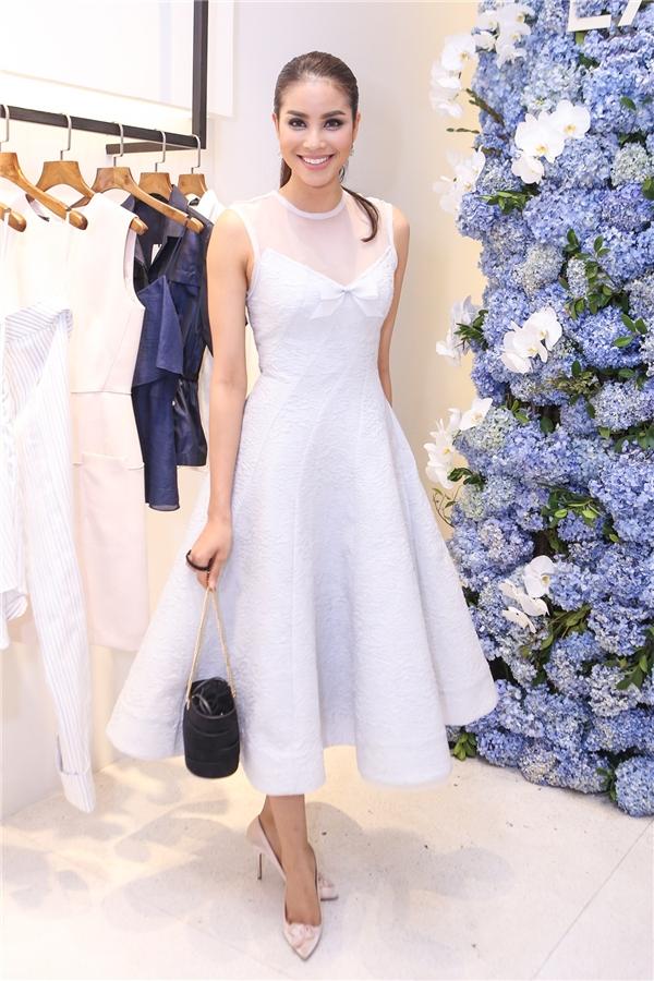 Gam màu pastel cùng lối trang điểm nhẹ nhàng, tinh tế vô cùng phù hợp với Hoa hậu Hoàn vũ Việt Nam 2015.