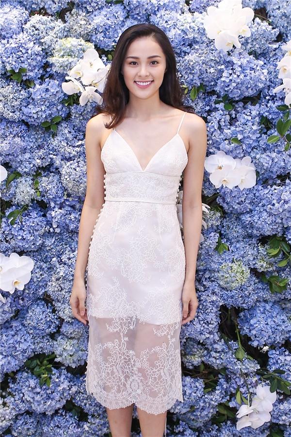 """ạ Vi """"mình hạc xương mai"""" mà vẫn gợi cảm, quyến rũ trong trang phục váy ren trắng tinh khôi."""
