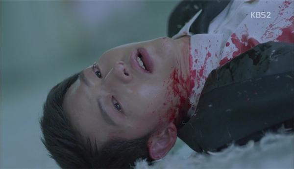Trong tập 13, Yoo Shi Jin bị trúng đạn tưởng chừng không qua khỏi.