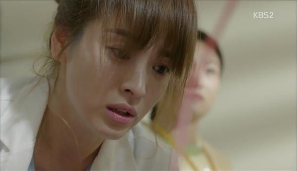 Choáng với khả năng siêu nhân của Yoo Shi Jin trong Hậu duệ mặt trời