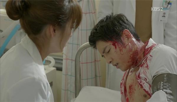 """Tuy nhiên, chỉ sau khi bác sĩ Kang Mo Yeon sử dụng phương pháp """"ép tim ngoài lồng ngực"""", đại úy Yoo đã tỉnh lại ngay sau đó. Tài năng của bác sĩ Kang thật thần diệu?"""