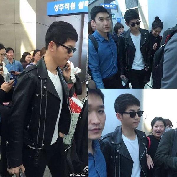 \ Trên đường sang Hồng Kông vào 4/4 vừa qua, Song Joong Ki đã diện một chiếc jacket da thời thượng, kết hợp cùng sơ mi trắng và quần jeans.